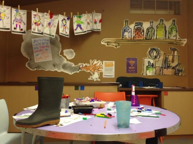 Além do museu, o espaço para eventos com crianças é excepcional. Há uma vasta programação para escolas e para quem quiser comparecer. Aqui, uma das salas e a mesa com a bota, que sabe-se lá o motivo encontrava-se disposta dessa maneira, em cima da mesa, junto com os desenhos.