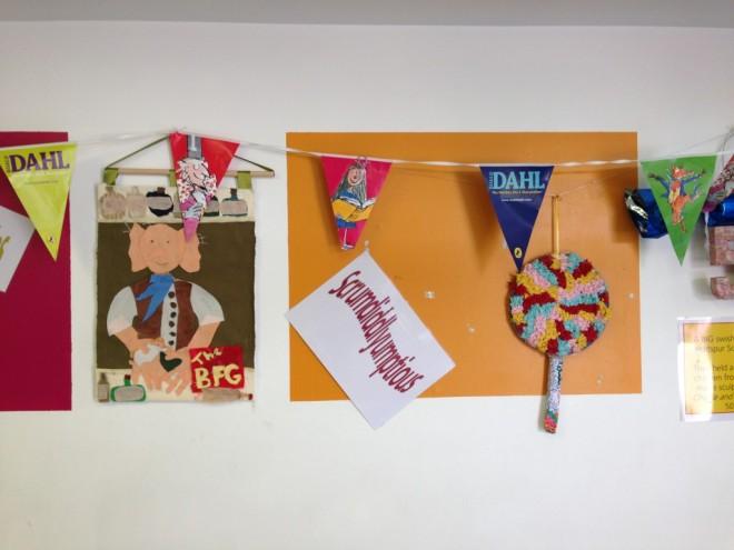 O museu tem uma sala de contação de histórias. No detalhe, as paredes enfeitadas com bandeirolas, palavras, objetos e colagens que remetem aos livros de Dahl.