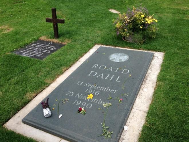 A menos de um quilômetro do museu fica o cemitério onde foi enterrado Roald Dahl. Atrás do vaso de flores, um pouco escondida, estão as pegadas do Gigante.
