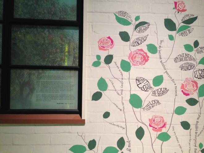 As paredes da edícula onde Dahl trabalhava, ilustrada com expressões que aparecem nos livros do autor.